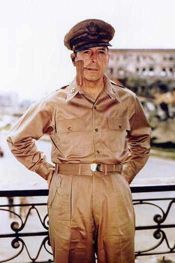 Douglas_MacArthur_smoking_his_corncob_pipe[2].jpg
